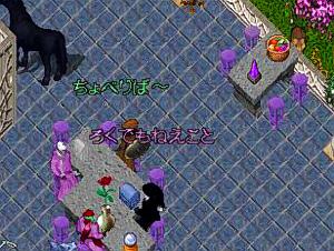 ゲームの中の自宅でのスナップ。テーブルに4人が椅子に座ってお喋りしているところ。キャラクターの頭の上に文字が表示され、チャットの会話が行われています。