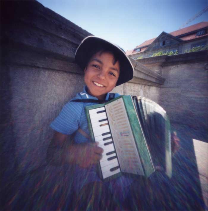 天使の微笑 アコーディオン弾きの少年 ベルリン博物館島 Pinhole Photography_f0117059_20444628.jpg