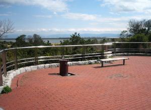 公園のちょっぴり高台になっている一角に、ベンチや水呑場が置かれ、ミニ公園風になっています。敷き詰めた赤レンガが青い空と青い海を一層強調してくれています。