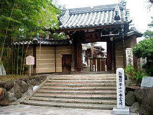 短い階段の上にお寺の入り口が。こじんまりした小さなお寺です。階段の前には新西国第十二番霊場と書かれている石柱が立てられてあります。
