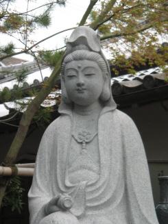観音菩薩の穏やかな顔。ふっくらとした頬に小さな口元。僅かに微笑を湛えている清楚な表情です。右隣は、魯山人観音と書かれた石柱の写真です。