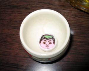 お猪口に一個入れられた金太郎飴。懐かしい飴に思わず笑顔がこぼれました。