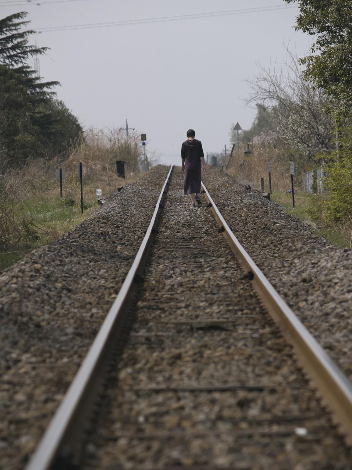 鉄路を歩く人_f0121181_2393545.jpg