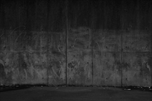 コンクリートの壁に落書きが書いています。○×△nameはて?どんな意味かはわかりませんが・・・(笑)
