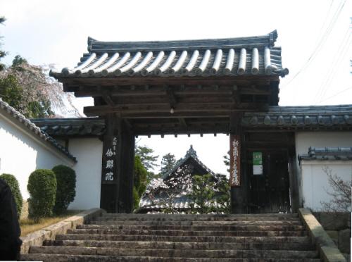 伽耶院の参門。短めの階段を上がったところに参門はあります。ちょっと見た感じは江戸時代のお屋敷の入り口のようです。