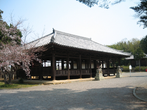 庭園の中央に配置された八幡神社。お寺の境内の真ん中に配置された神社というのは不思議な感じがしました。