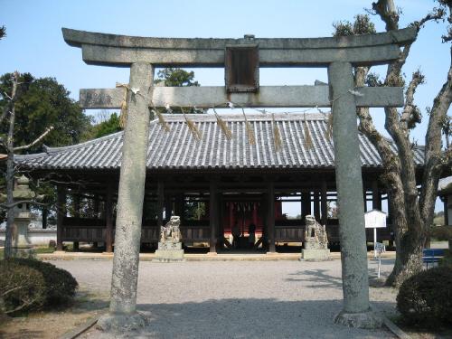 八幡神社の石で出来た鳥居。形式的に神社を奉ってあるのではなく、ちゃんと鳥居まである本格的なものです。