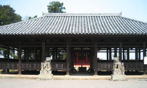 八幡神社拝殿。入り口の両側に狛犬が置かれています。拝殿の正面入り口からは、八幡神社本殿の赤い塗りの色が見えて幻想的な雰囲気も醸し出しています。