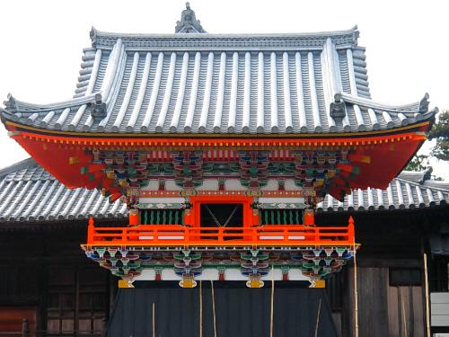 瓦屋根の美しさと、朱色の鮮やかさ、そしてカラフルな色合いの寄木細工のような組み合わせで作られている鐘楼。まるで絵に描いたような綺麗な色合いです。