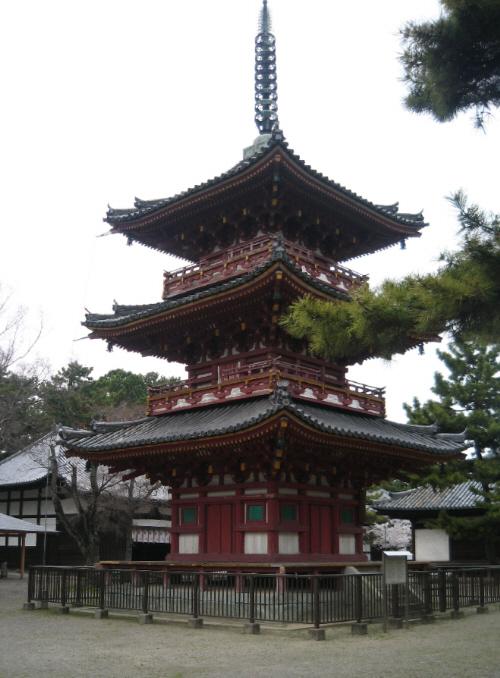 三重塔。松の木に映える茶褐色の塔、凛とした佇まいです。