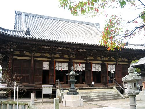 本堂。入母屋造り、本瓦葺。日本の仏寺建築は、和様の時代から鎌倉の初期には大仏様・禅宗様が輸入され、和様との折衷様式が流行し始める。鶴林寺本堂は大阪府河内長野市の観心寺本堂と並ぶ、折衷様式の代表例とされる。外部は桟唐戸(さんからど)で閉め切ったときにいっそう重厚さにあふれて見える。