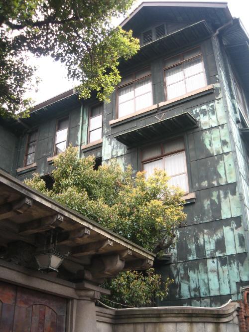 あかがね御殿の正面入り口から建物を見上げた図。銅版が緑がかって、ちょっと畏怖的な色合いになっています。