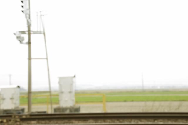 線路と線路の信号機を真横から撮ってます。背景は田園です。黄色い柵がちょっぴり見えているのが、一応アクセントのつもりです(笑)