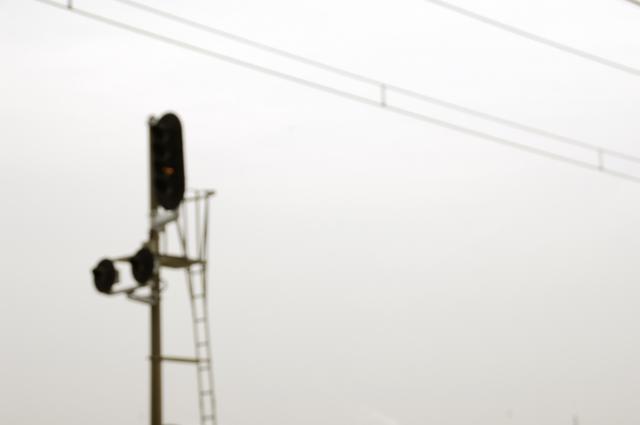 線路の信号機を空の一部にしてみました。どうやら進めではないようです(笑)