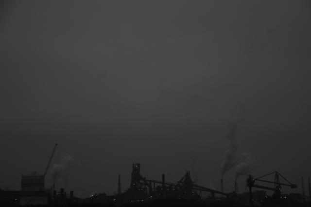 名古屋港の工場を海を挟んで撮ってみました。工場には色んな突起物があって、それだけでも要塞みたいです。でも、所々光る明かりが、その場を和ませてくれるような感じがしたので撮ってみた一枚です。