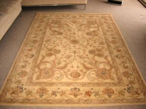 薄い茶うろ系のベルギー絨毯。花模様のよくあるパターンの絨毯です。