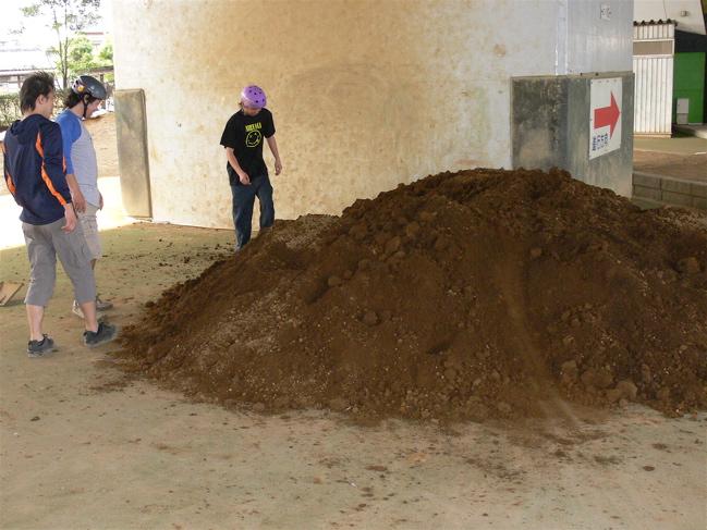 ゴリラ公園に土が搬入されました!!_b0065730_21104037.jpg