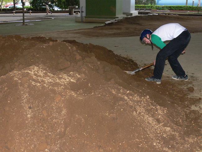 ゴリラ公園に土が搬入されました!!_b0065730_2112260.jpg