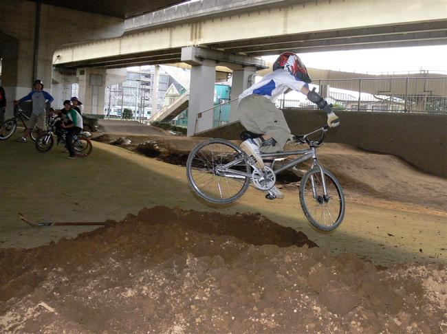 ゴリラ公園に土が搬入されました!!_b0065730_2115817.jpg