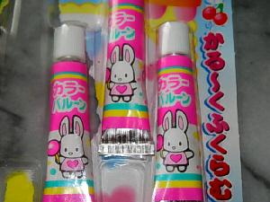 小さなチューブが3本並んでいて、ピンクのラベルにはウサギのイラストが描かれてあります。カラーバルーンと名前も書かれてあり、ウサギの手には膨らんだ風船が。