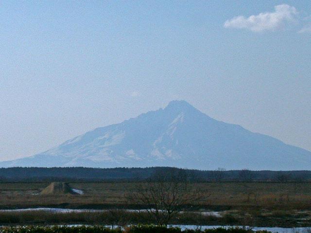 早春の北海道半周紀その2:サロベツ原野と利尻と風車_e0100772_23195238.jpg