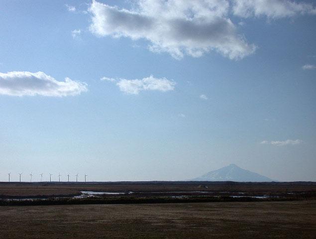 早春の北海道半周紀その2:サロベツ原野と利尻と風車_e0100772_2320713.jpg