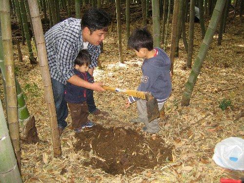 2007 Log Jizo Festival【春】1 恒例の筍掘りです!_c0038619_23355582.jpg