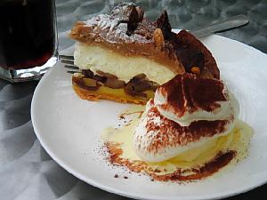 大き目の存在感のあるケーキ、アイスクリームが添えてありますが、どっちがメイン?というくらいボリューム満点です。ケーキの乗った白いお皿の向こうに、アイスコーヒーらしいグラスが見えます。
