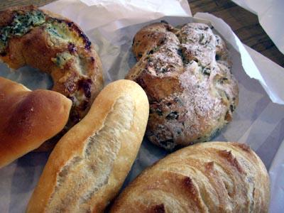 おみやげのパン。ベランダの発芽。_a0026127_1334413.jpg