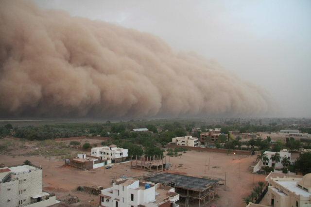 巨大砂嵐に飲み込まれる