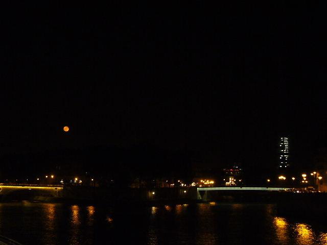 ■赤い月(パリ)_a0008105_19344944.jpg