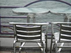 こちらも同じ、一人用の椅子とテーブル、海に向かって並べてありますが、なんとなく雨の精が並んで座っているような雰囲気が・・・・・。