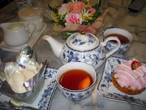おそろいの和風っぽい柄のティーポットや銘々皿、そしてお茶碗、全部白地に淡いブルーの花柄の食器たち。ケーキが盛られ、紅茶が入れられ、みな写真撮影が終わるのをじっと待っています(笑)