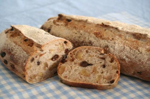 レーズンとくるみぎっしりのパン&地粉のはちみつロール_f0007061_22471197.jpg