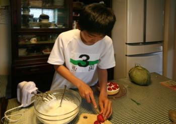 家族の誕生日には、兄妹みんなで恒例の♪ケーキ作り♪…_d0082356_15441692.jpg