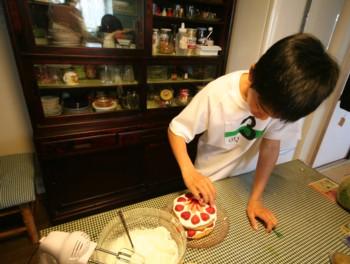 家族の誕生日には、兄妹みんなで恒例の♪ケーキ作り♪…_d0082356_15443678.jpg