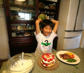 家族の誕生日には、兄妹みんなで恒例の♪ケーキ作り♪…_d0082356_1544473.jpg