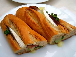 小さなフランスパンのサンドイッチ。半分に切ってあります。チーズとパストラミのサンドイッチ。ここは暖めてくれるので嬉しい。