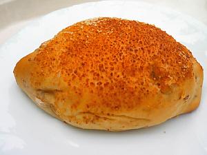 パンの外側に唐辛子や香辛料が塗してあるカレーパン。中のルーは白っぽいです。
