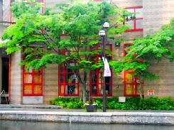 川の両側にはカフェやレストランなどが軒を連ね、この赤い窓枠のお店もレストランのようです。
