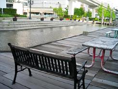 川の両側には大小の椅子が配置され、大きなテーブルを置いてある一角もあって、コンビニやマックなどで食べ物を買って、ここでのんびりランチタイムを楽しんでいる人の姿も見受けられます。