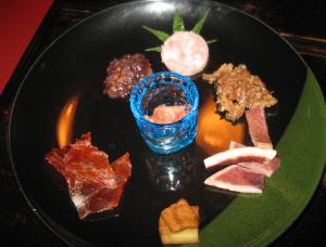 丸い大きなお皿に、酒の肴が7種類盛られてあります。酒盗やイカ、ソーセージ、豆腐の味噌漬けなど、珍味の数々、全てこちらのショップで売られているものばかりです。