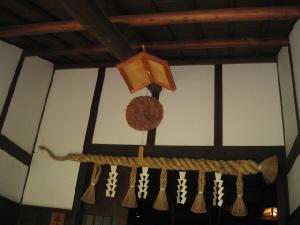 入り口の屋根の下にぶら下げられた杉玉。縁起を担いでか、しめ縄も飾られてあります。