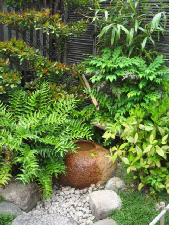入り口に作られた小さな獅子脅しと植木。