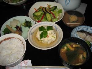 お漬物とカマド炊きのご飯がメインの和食セットです。