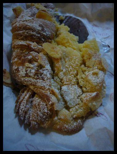 ■Croissant aux amandesクロワッサン・オザマンドゥ_a0014299_2211972.jpg