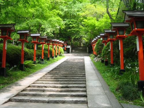 階段の両脇に朱塗りの灯篭がずらりと立っています。信者さんからの献灯でそれぞれに贈った方の名前が記載されてありました。緑の木々に赤い灯篭が映えて実に美しい光景です。