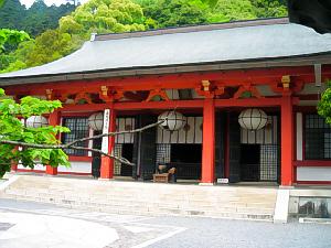 本堂も同じ朱色。階段もコンクリート、あちこち近代的な手が入り、軽いそこらのお寺のよう。山寺の侘び錆とは無縁のお堂でした。
