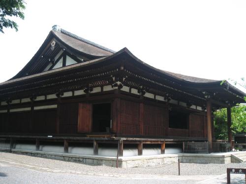 人目でかなり古い歴史ある建物だなと分かる本堂。濃い茶色の柱と壁、白い漆喰、屋根の部分の寄木細工のような美しさ、そして桧皮葺(ひわだぶき)の屋根。調和が取れて実に美しい建物です。