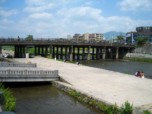鴨川から三条大橋を望んだ一枚。川辺では腰を下ろしたカップルの姿が目に付きます。